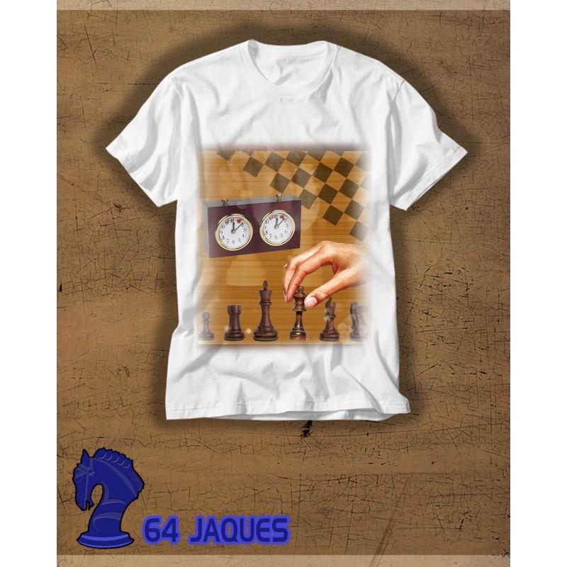 Camiseta mano moviendo pieza
