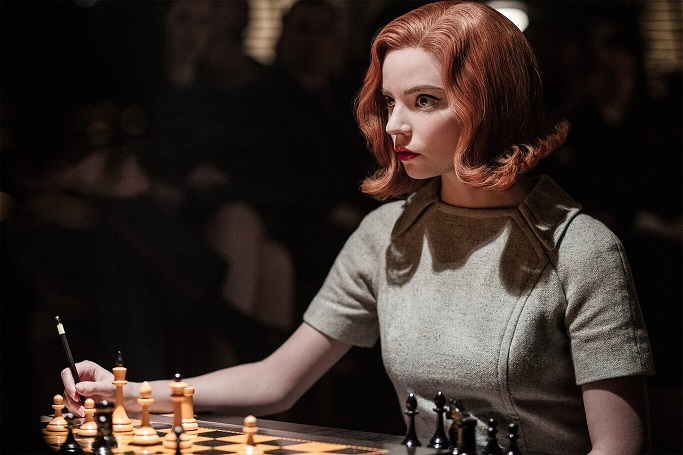 Beth Harmon (Netflix) jugando con un tablero de Rechapados Ferrer